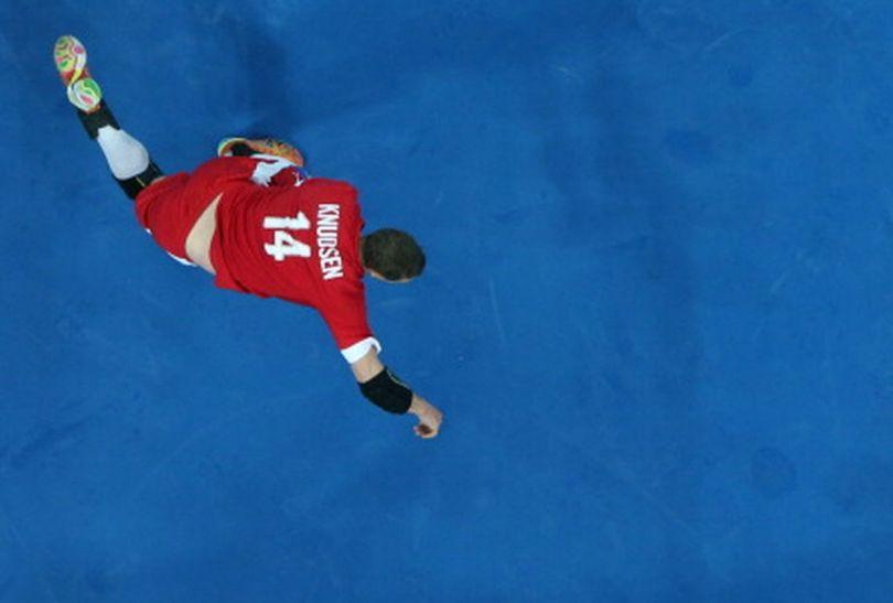 Michael Knudsen rzuca na bramkę Szwedów (fot.Getty Images)