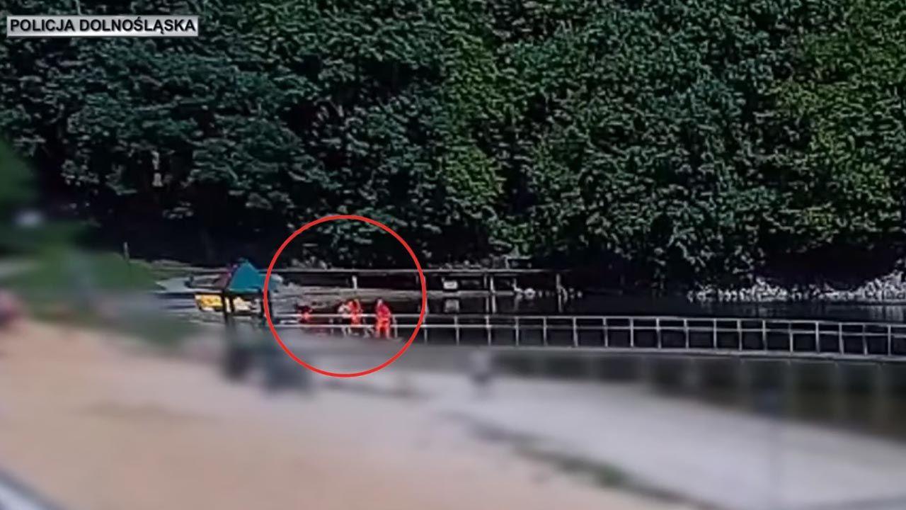 Podczas spaceru nad złotoryjskim zalewem, mężczyzna wbiegł do wody, wyciągnął topielca na brzeg i udzielił mu pierwszej pomocy (fot. Policja)