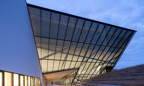 Tędy wiodą szerokie schody do środka. Fot. Studio-Libeskind/Norbert Tukaj