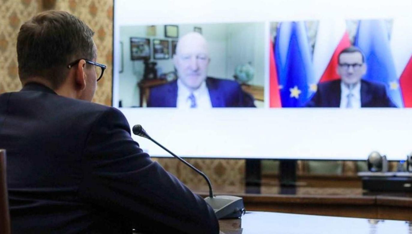 Premier Mateusz Morawiecki podczas rozmowy z Ianem Brzezińskim (fot. KPRM)