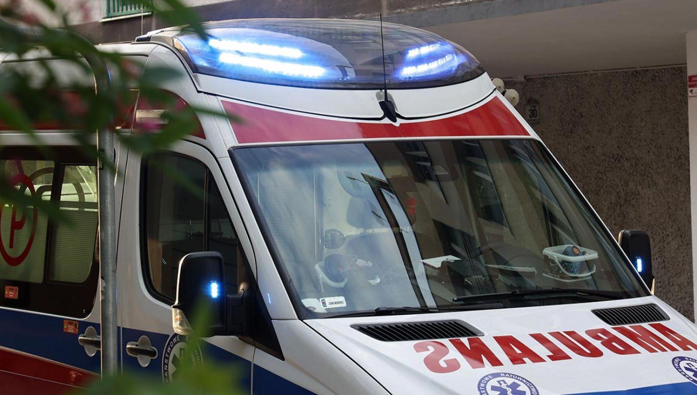 Ofiara najprawdopodobniej wypadła z okna na piątym piętrze budynku (fot. Shutterstock/DarSzach)