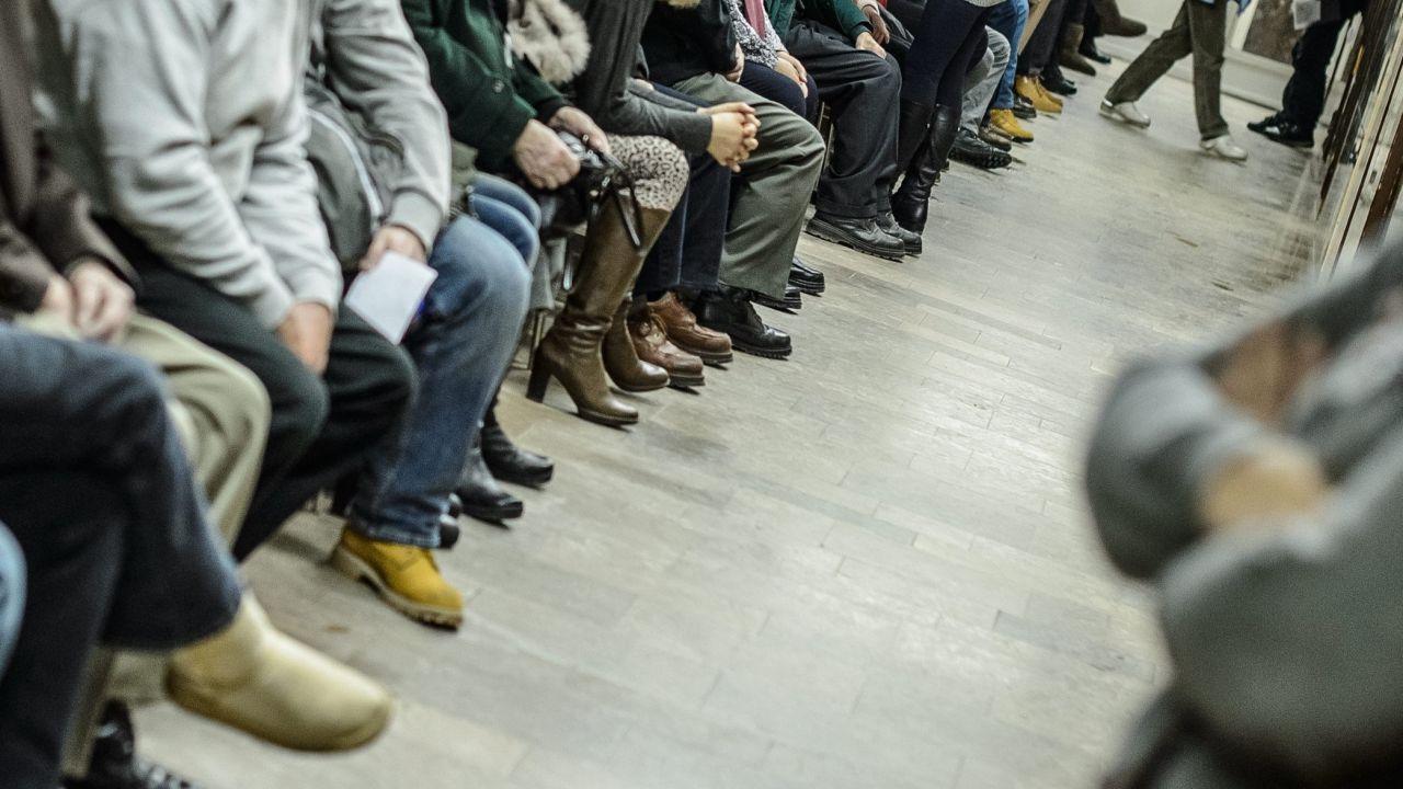 W sandomierskiej przychodni pacjenci czekali kilka dni na rozpoczęcie zapisów na 2016 r. (fot. arch. PAP/Wojciech Pacewicz)