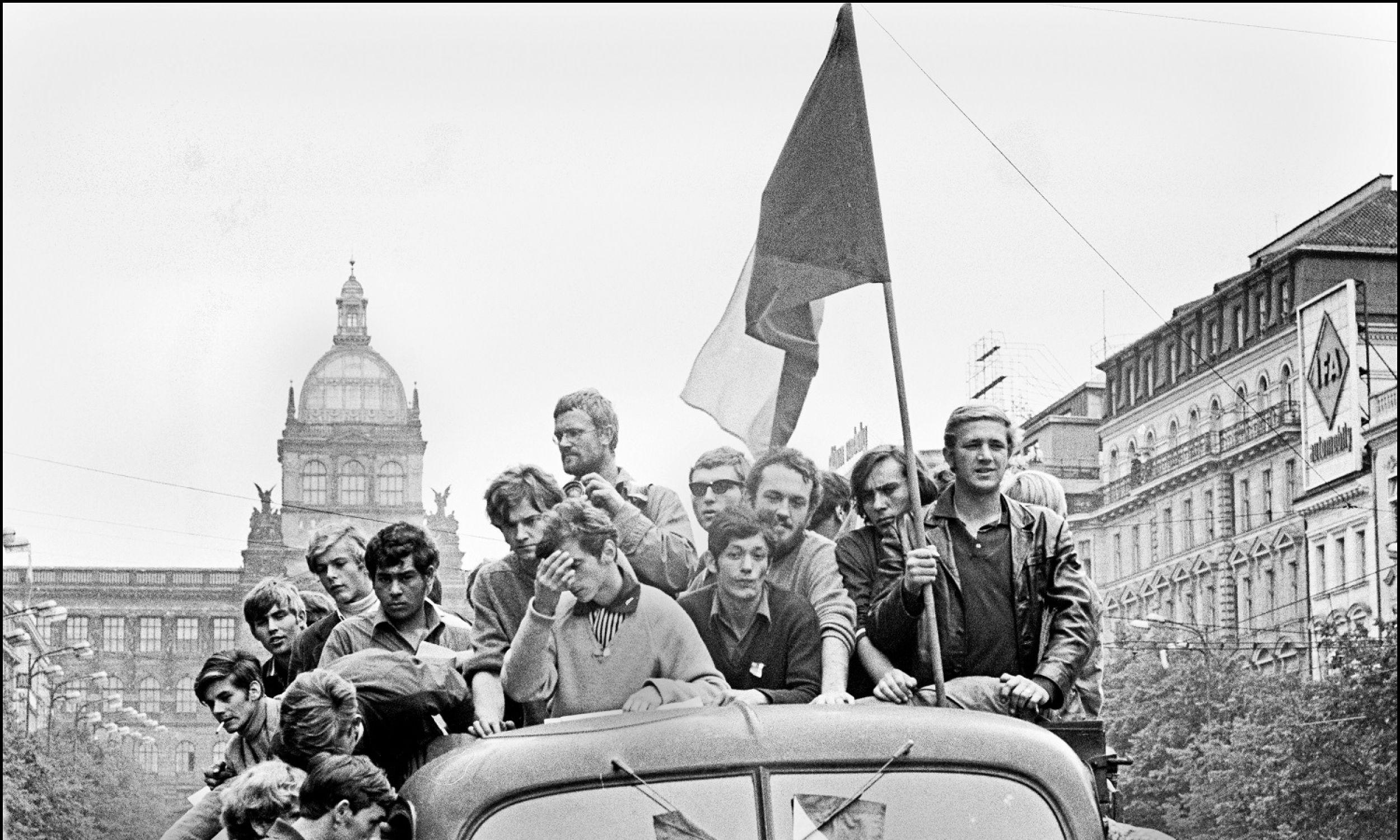 Latem 1968. Dwa dni po powrocie z Rumunii, dowiedział się o interwencji wojsk Układu Warszawskiego w Pradze. Natychmiast tam pojechał. Na zdjęciu: fotograf (w środku z aparatem) wśród protestujących. Fot. Ian Berry / Magnum Photos / Forum