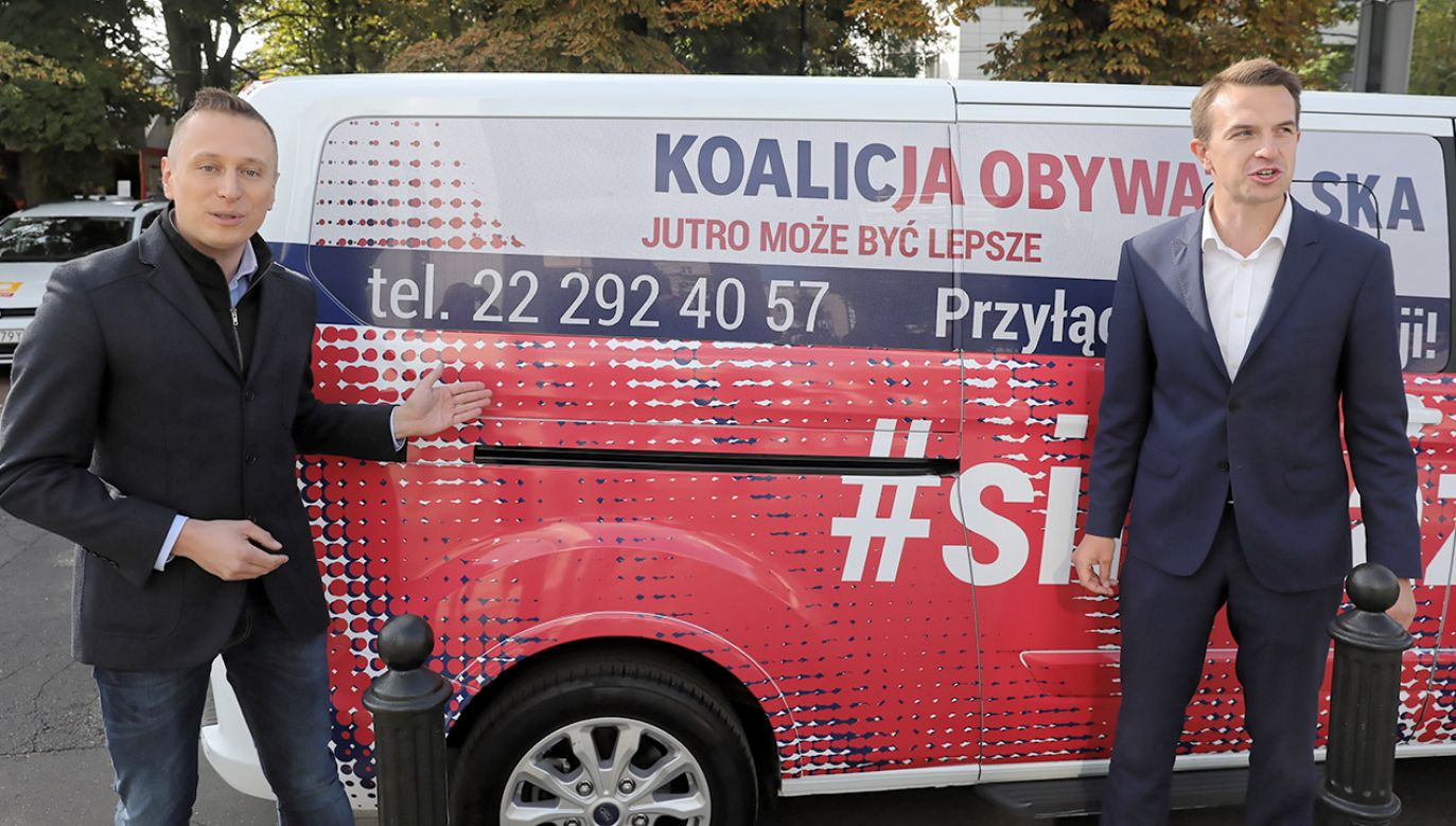 """Koalicja Obywatelska zainaugurowała w poniedziałek akcję """"Silni razem""""; specjalny bus i infolinia będą zachęcały do wspierania kampanii opozycji (fot. PAP/Tomasz Gzell)"""