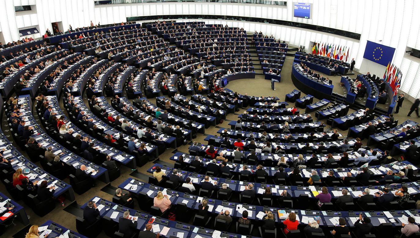 PE apeluje do KE oraz Rady UE o wykorzystanie dostępnych narzędzi, by wyeliminować ryzyko naruszania wartości unijnych (fot. Reuters/Vincent Kessler)
