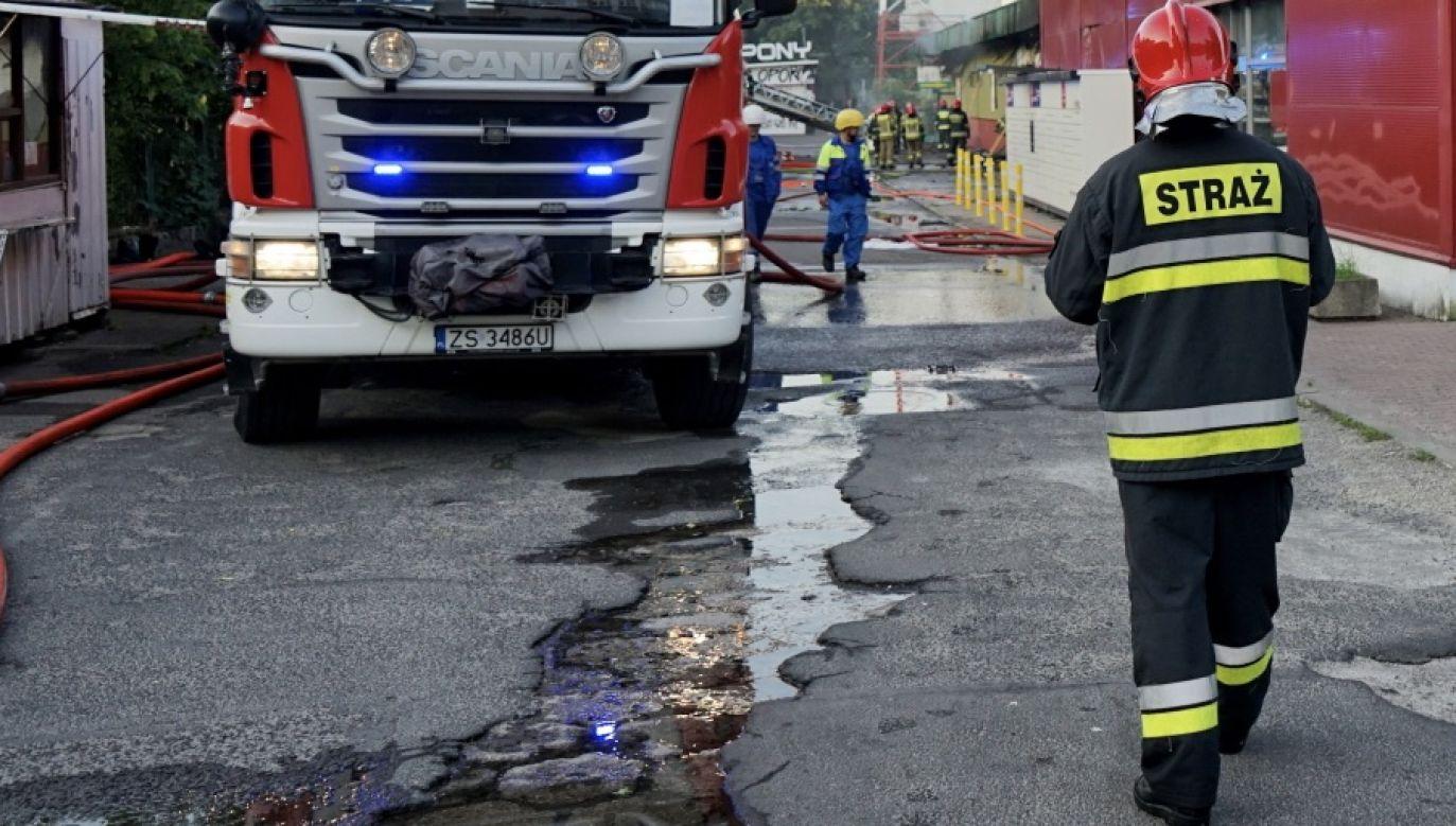 Na miejscu, oprócz strażaków, działania prowadzi policja, a także Wojewódzki Inspektorat Ochrony Środowiska (fot. PAP/Marcin Bielecki, zdjęcie ilustracyjne)