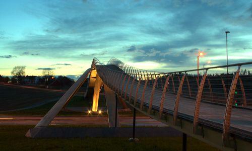 Kładka dla pieszych wybudowana w miejscowosci Ås w Norwegii według wskazówek malarza Vebjørna Sanda na podstawie projektu mostu w Konstantynopolu (w zmniejszonej skali) Leonadra da Vinci. Fot. Wikimedia / Åsmund Ødegård - Flickr