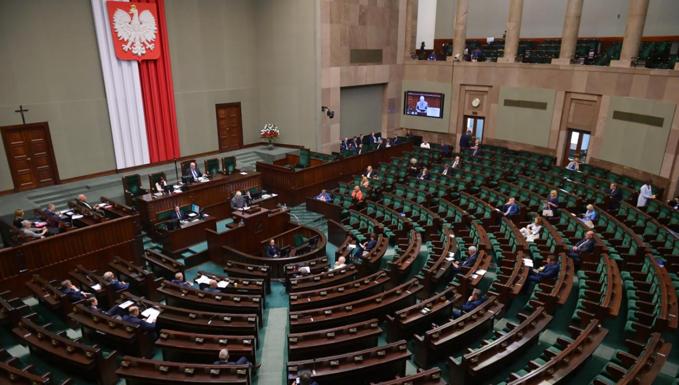 Podczas obrad parlamentarzyści mają mieć maseczki i rękawiczki (fot. PAP/Marcin Obara)
