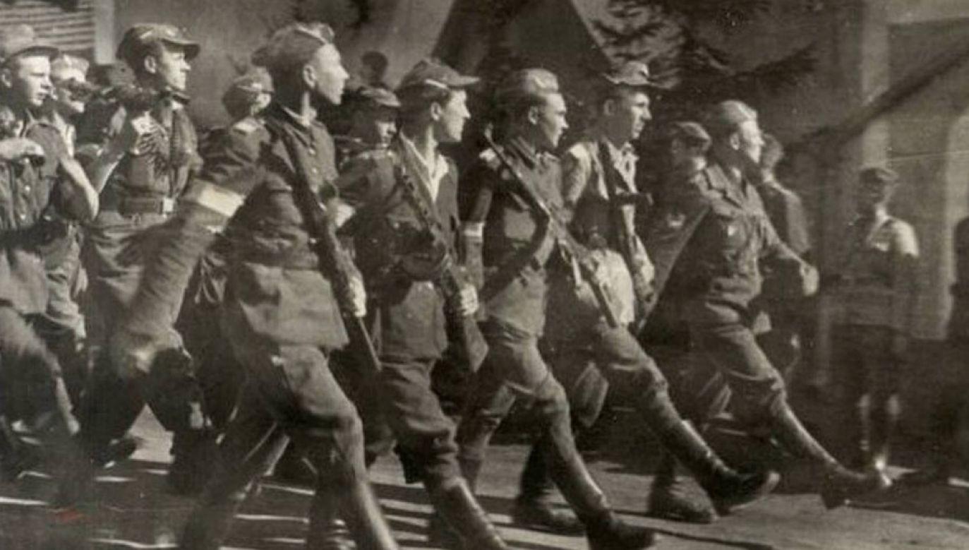 Żołnierze oddziału Brygady Świetokrzyskiej podczas parady w 1945 r. (fot. arch PAP/UtCon Collection/Alamy Stock Photo)