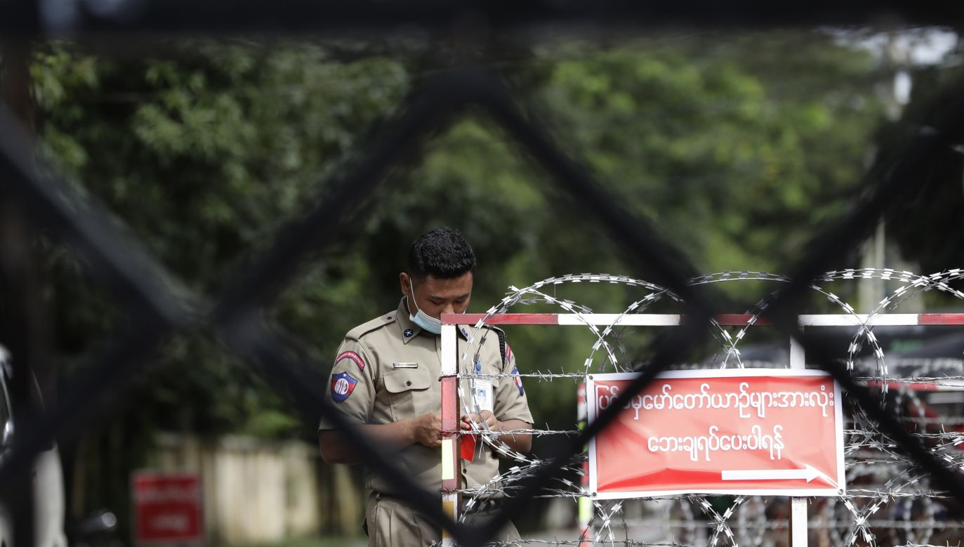 Żołnierze wystrzeliwują rakiety w stronę dzielnic mieszkalnych (fot. PAP/EPA)