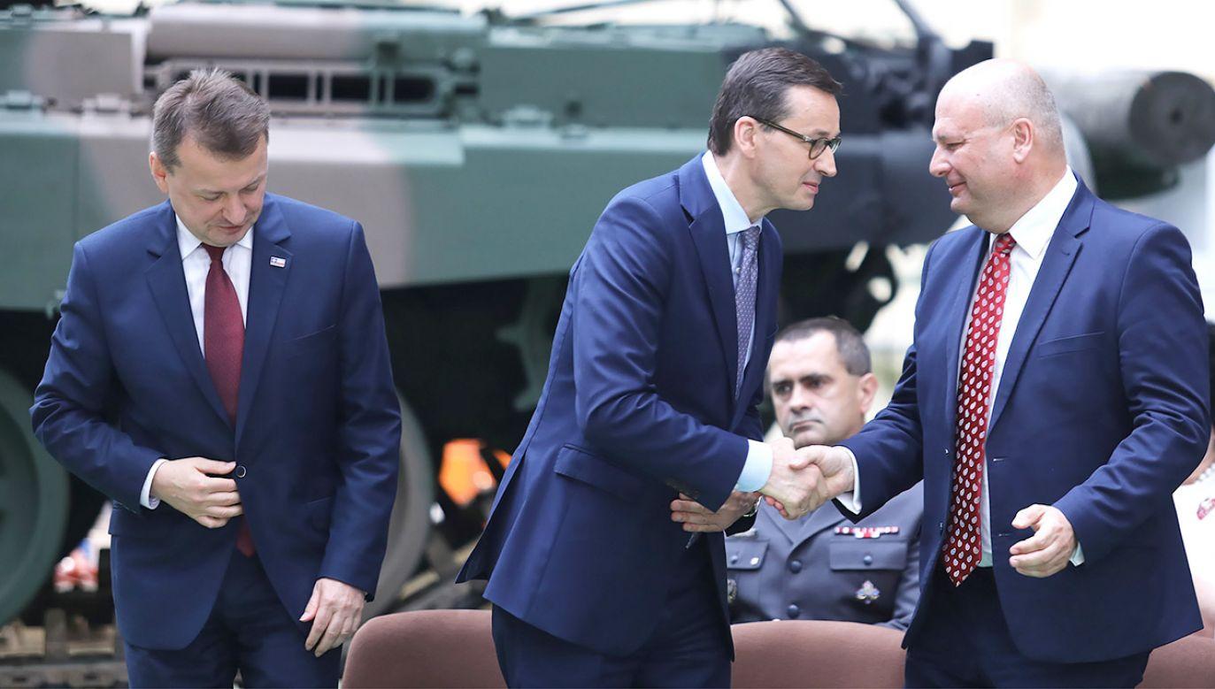 Premier Mateusz Morawiecki, szef MON Mariusz Błaszczak i prezes PGZ Witold Słowik podczas uroczystości podpisania umowy na remont czołgów T-72 (fot. PAP/Andrzej Grygiel)