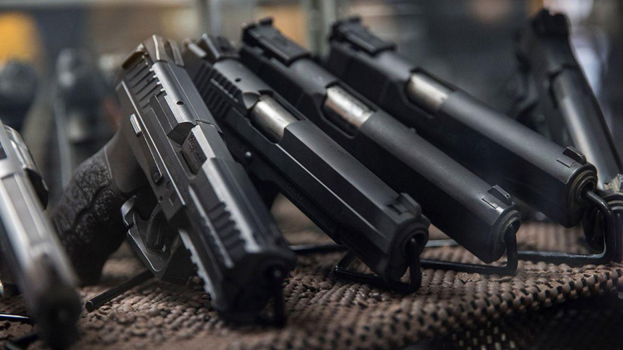 """Największy wzrost zaobserwować można w grupie broni w posiadanych w celach """"kolekcjonerskich"""" (fot. Anadolu Agency / Contributor / Getty Images)"""