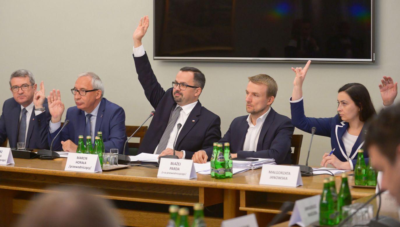 Głosowanie członków komisji śledczej ds. VAT (fot. PAP/Marcin Obara)