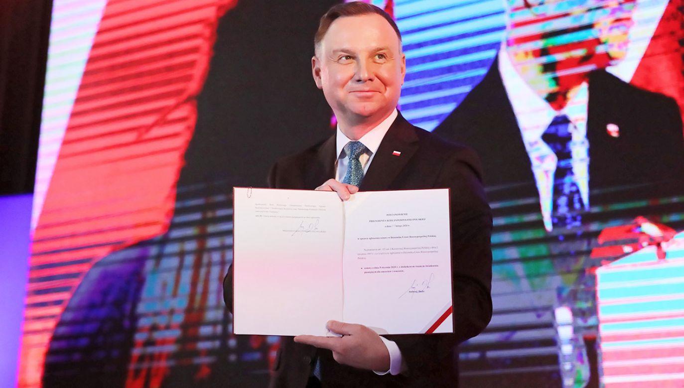 Prezydent Andrzej Duda podczas wizyty w Żyrardowie, 25 bm. Prezydent podpisał ustawę o dodatkowym rocznym świadczeniu dla emerytów i rencistów (fot. PAP/Tomasz Gzell)