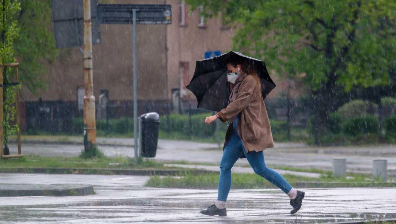 W najbliższych dniach pogoda będzie dawała się we znaki (fot. PAP/Andrzej Grygiel)