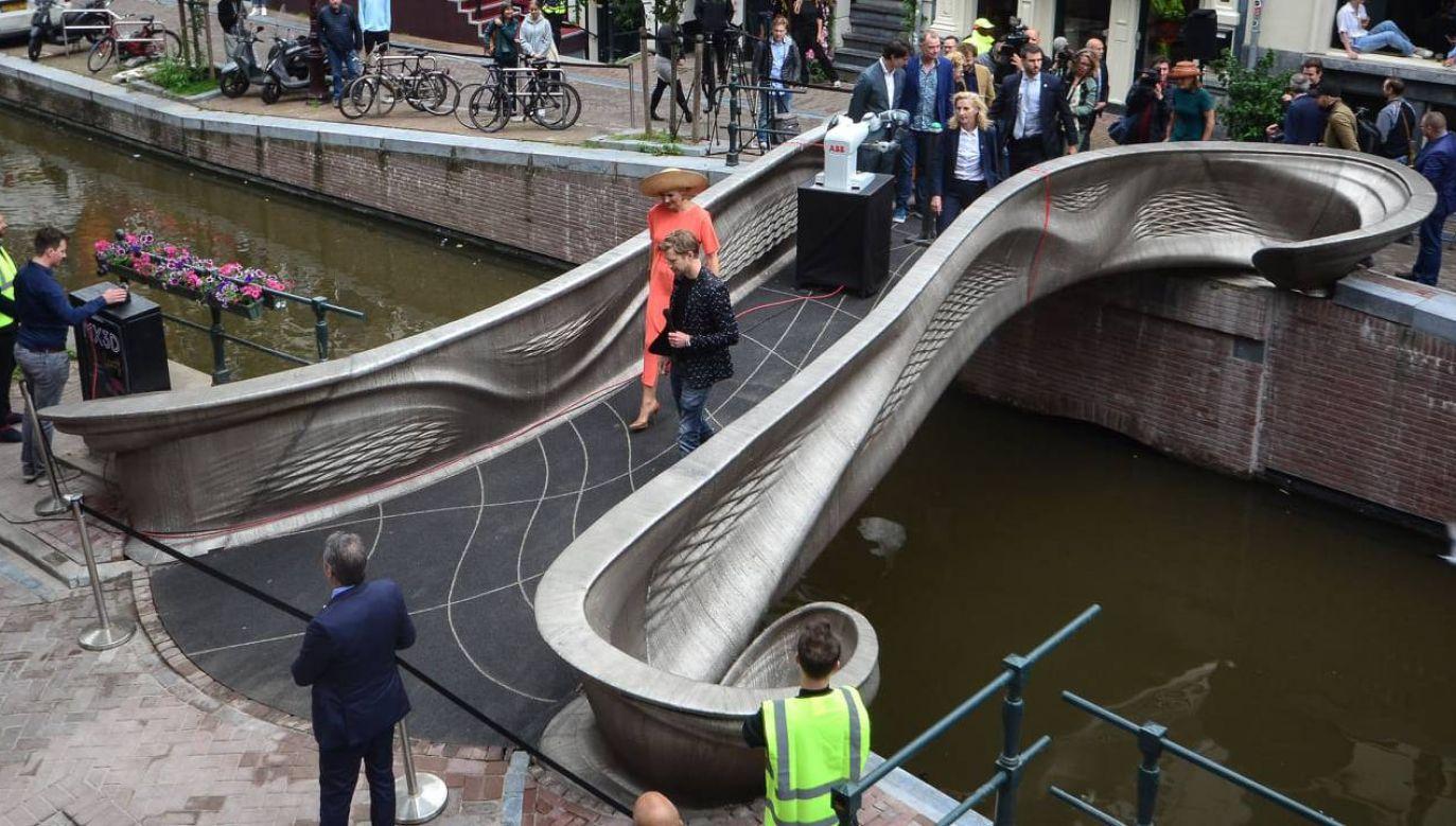 12-metrowa przeprawa została w końcu zainstalowana (fot. mat.pras. MX3D)