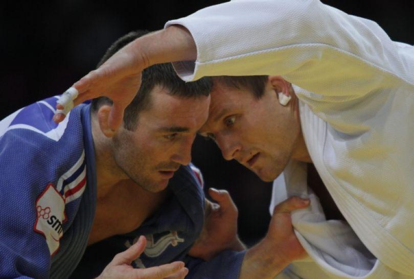 Krzysztof Wiłkomirski (P) i Banjamin Darbelet w finałowym starciu w kat. 73 kg. (fot.PAP)