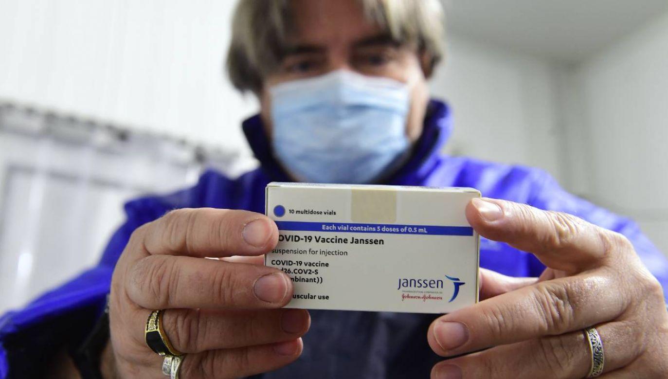 W Polsce rozpoczęły się szczepienia preparatem firmy Johnson & Johnson (fot. PAP/EPA/Szilard Koszticsak)