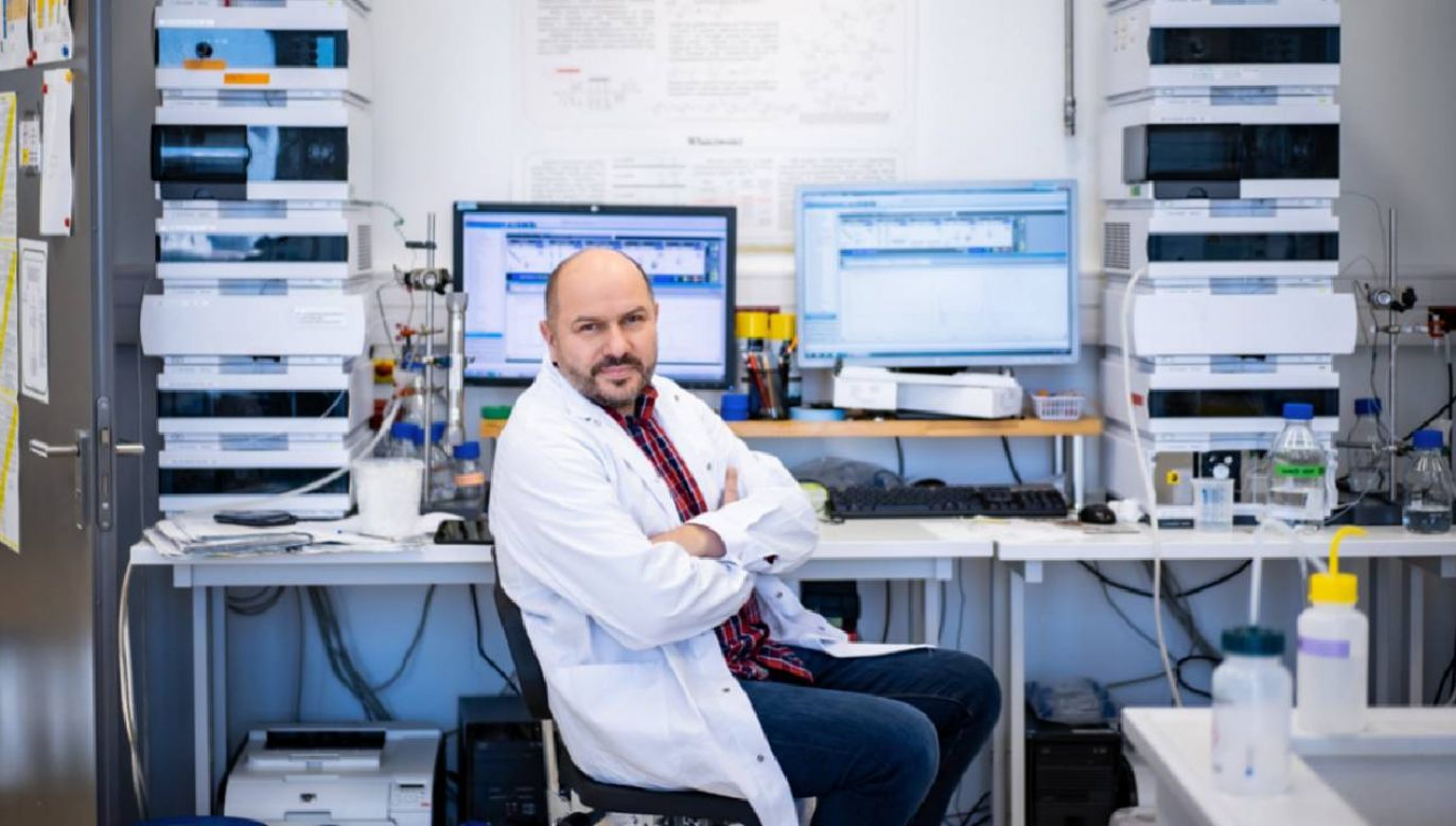 Prof. Jacek Jemielity wskazuje, że wyniki badań mogą pomóc osobom, które już przeszły COVID-19 (fot. UW)