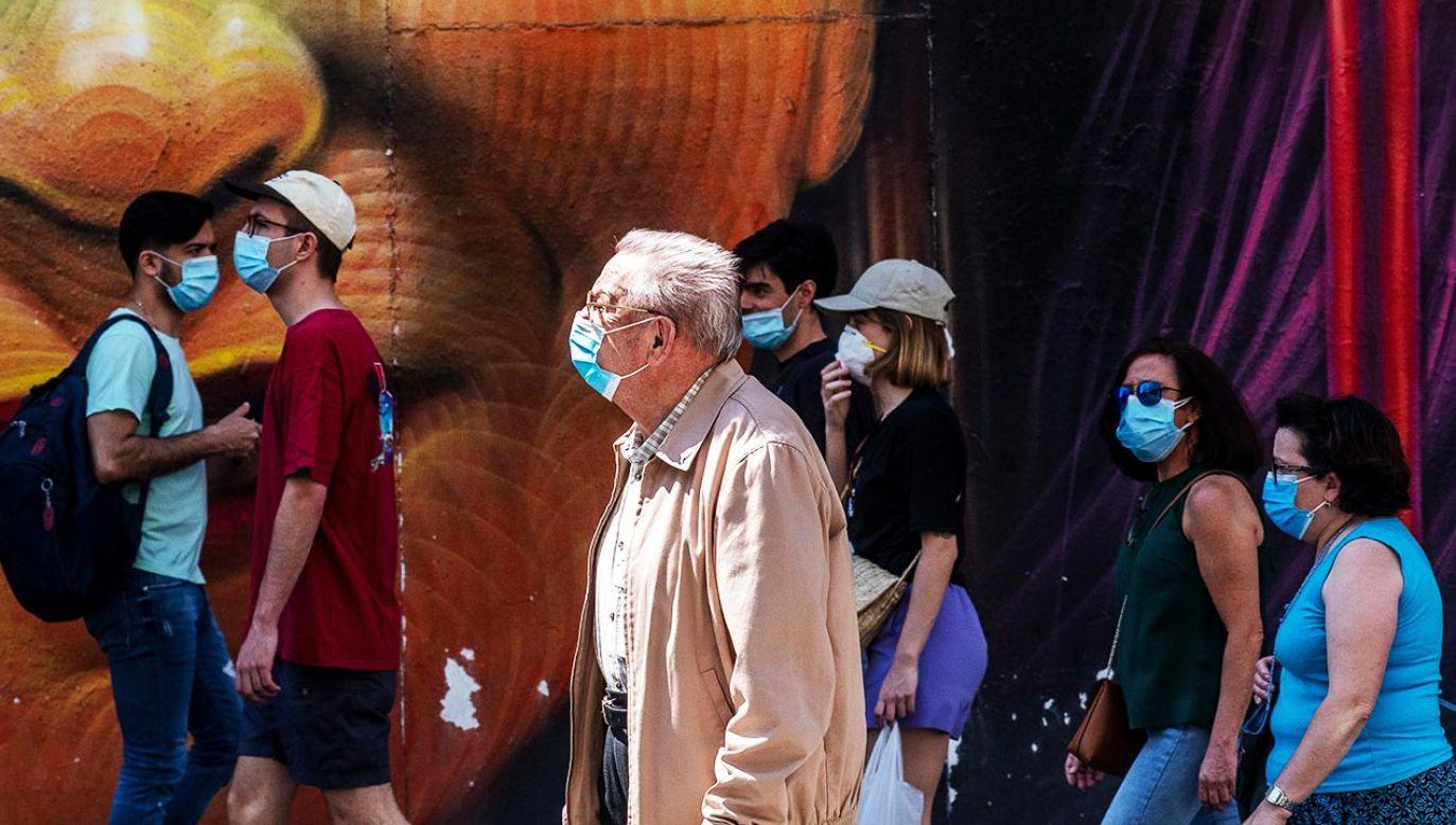 Maski chronią przed zakażeniem zwłaszcza przy rozmowie (fot. Marcos del Mazo/LightRocket via Getty Images)