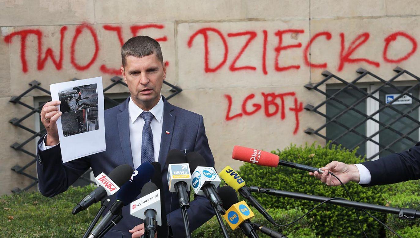 Nagrania moniotoringu pokazują sprawców wandalizmu (fot. PAP/Paweł Supernak)