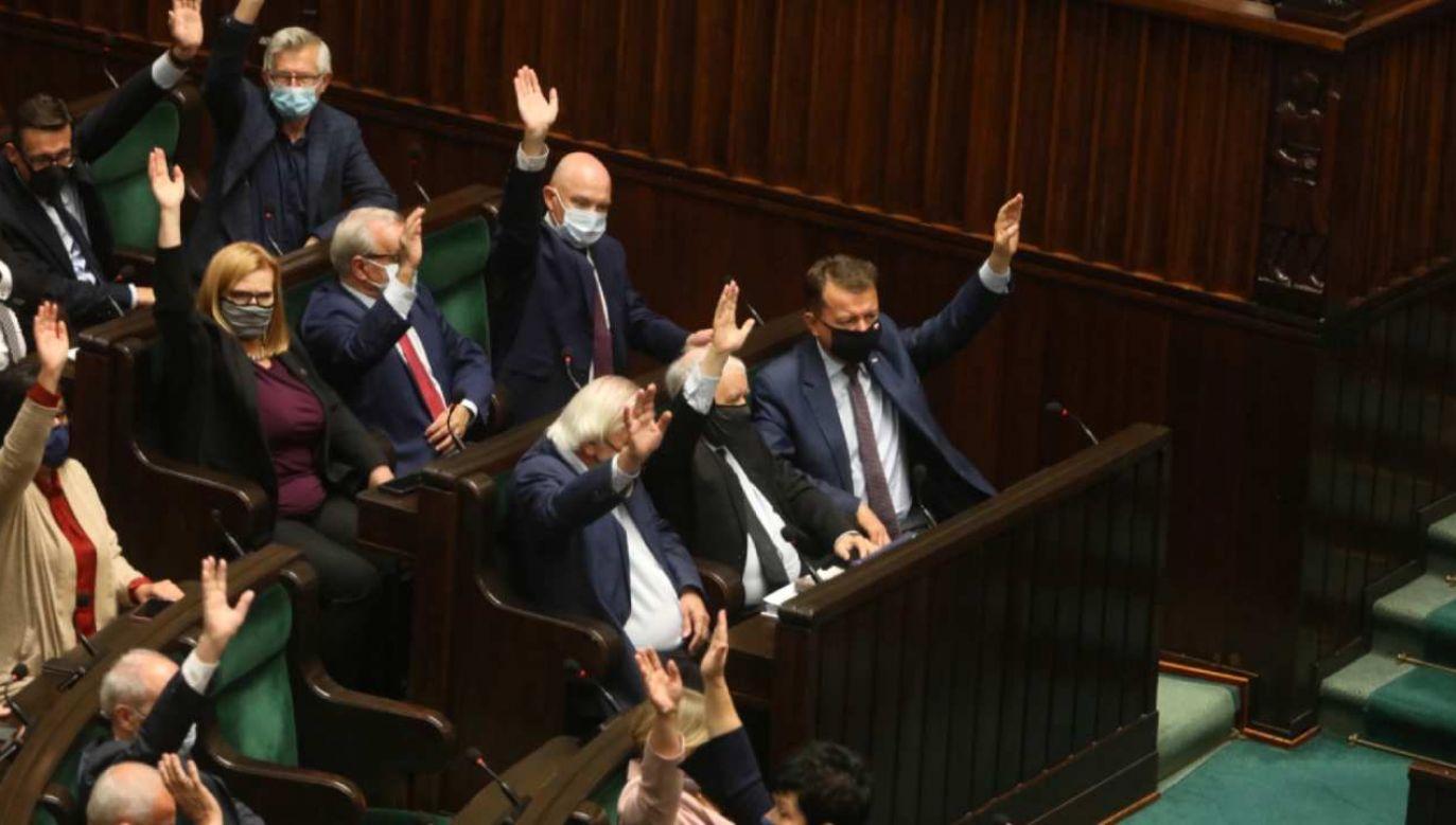 PiS na czele sondażu poparcia (fot. PAP/Albert Zawada)