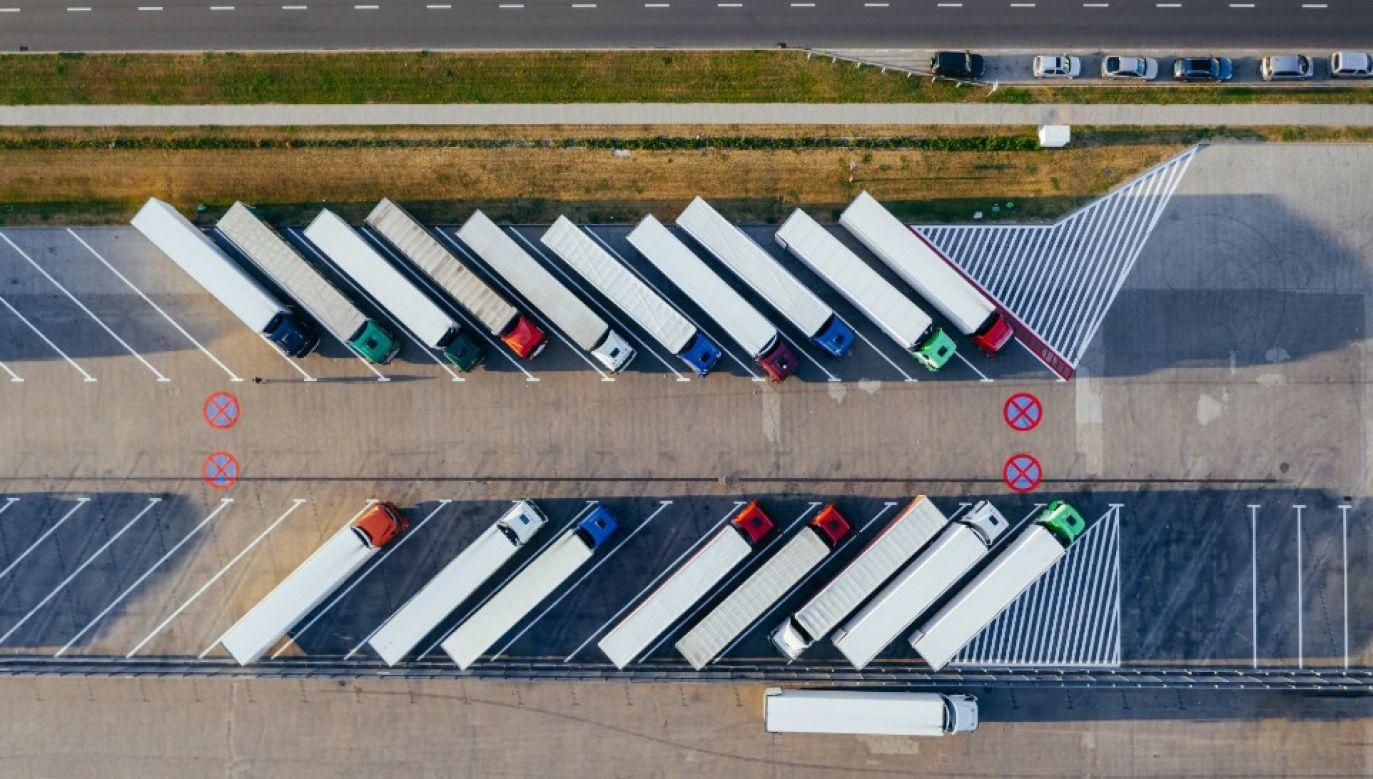 Niespłacone zadłużenie blisko 25 tys. firm z branży transportowej ujętych w bazie KRD sięga 928 mln zł (fot. Pexels)