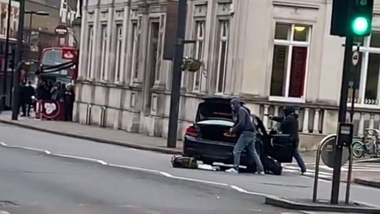 Naoczni świadkowie mówią, że mężczyzna zaatakował rowerzystę, dźgając go w plecy (fot. Twitter/CNW)