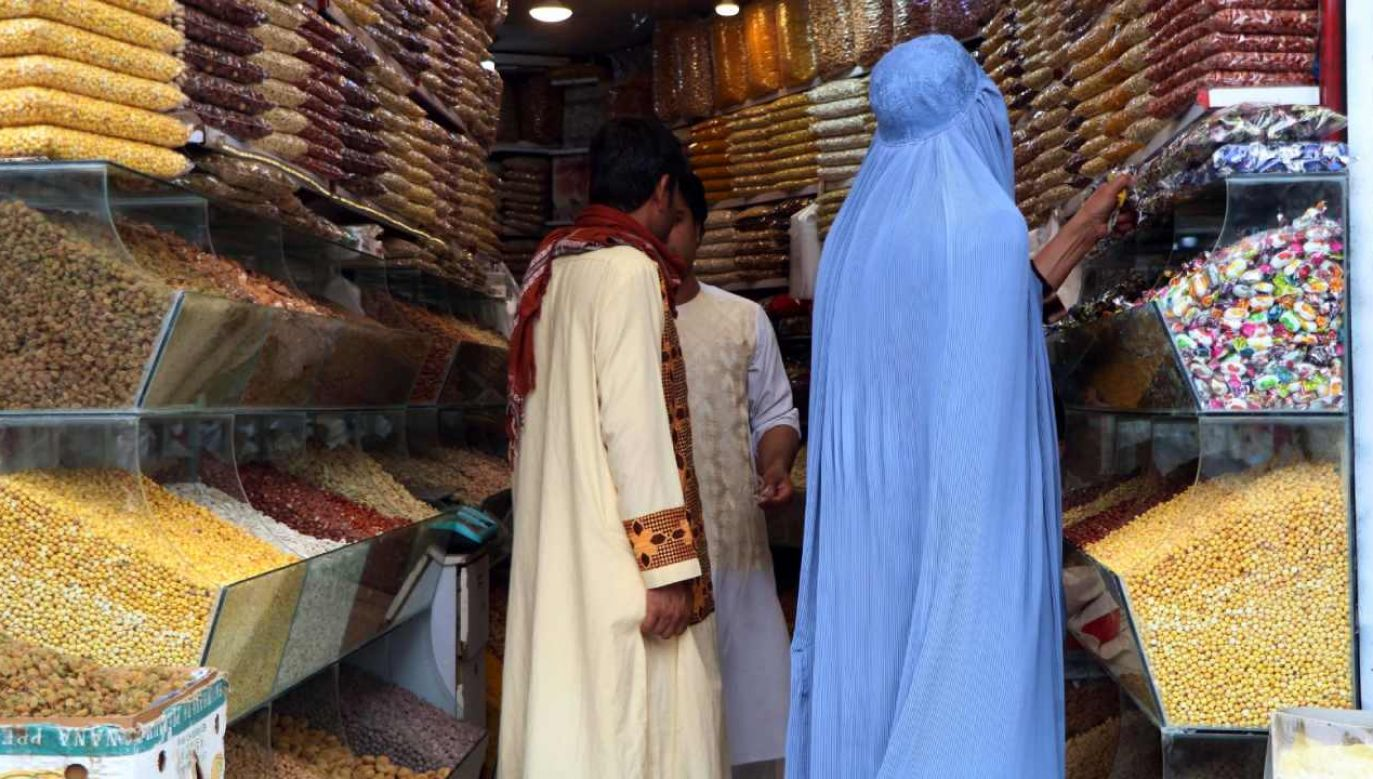 Ludzie kupują suszone owoce i tradycyjne słodycze przed Eid al-Fitr  (fot. PAP/EPA/JALIL REZAYEE)