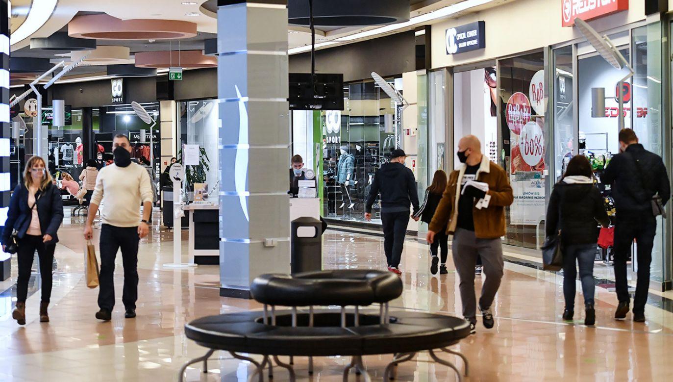 Zgodnie z wytycznymi, w sklepach i galeriach handlowych obowiązuje limit osób (fot. PAP/Wojtek Jargiło)