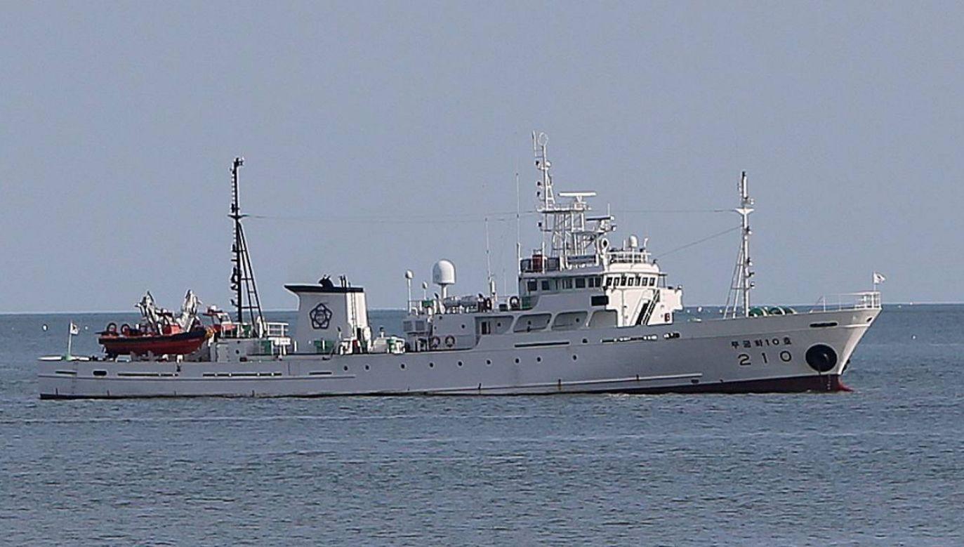 Południowokoreański patrolowy statek rybacki, zakotwiczony w pobliżu faktycznej międzykoreańskiej granicy morskiej na Morzu Żółtym (fot. PAP/EPA/YONHAP)