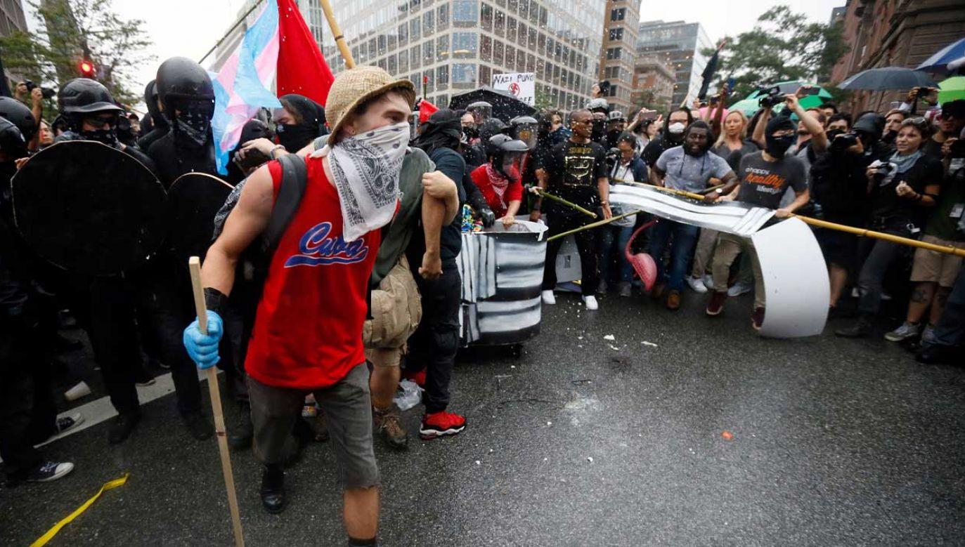 Członkowie Antify biorą udział w zamieszkach między innymi w USA (fot. REUTERS/Jim Bourg)