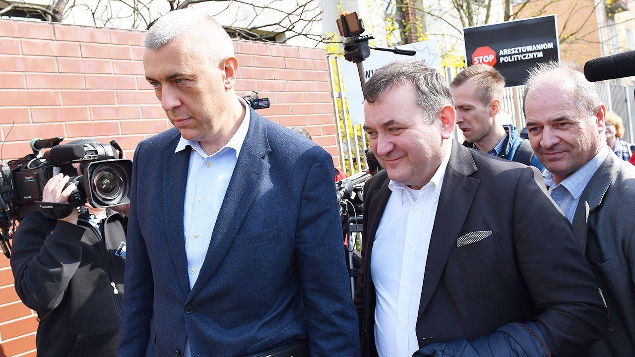 Adwokat Roman Giertych i sekretarz generalny PO Stanisław Gawłowski w drodze do Prokuratury Krajowej w Szczecinie (fot. PAP/Marcin Bielecki)