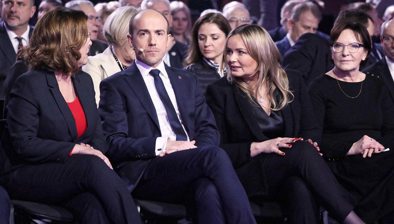 Opozycja twierdzi, że rekompenasta dla mediów publicznych to wyrok dla chorych na raka (fot. PAP/Tomasz Gzell)