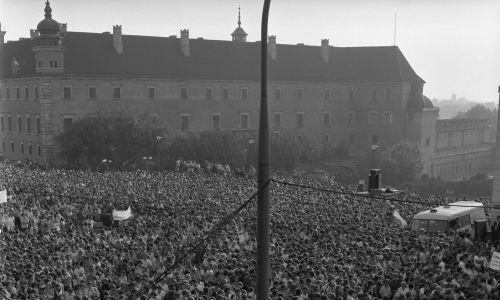 Przed kościołem św. Anny w Warszawie odbyło się pamiętne spotkanie Jana Pawła II z młodzieżą. Fot. PAP/Tomasz Prażmowski