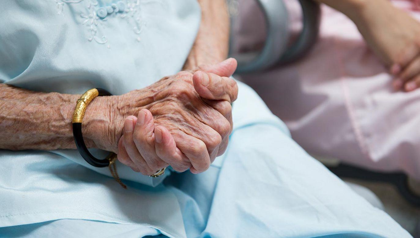 Seniorom oferowana była opieka medyczna (fot. Shutterstock/hxdbzxy)