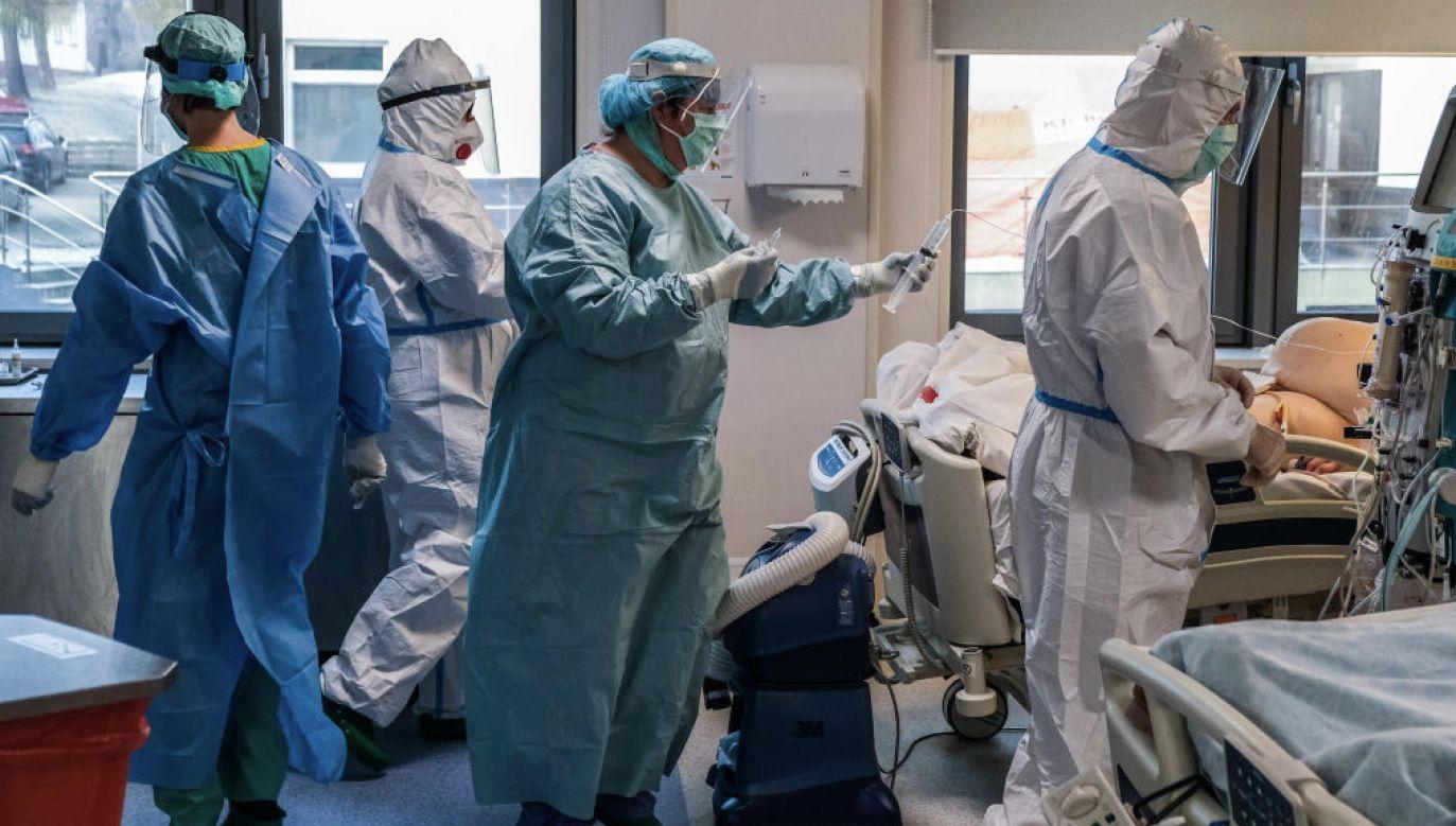 Warto spojrzeć na lekarzy, pielęgniarki, położne, diagnostów laboratoryjnych podczas walki z koronawirusem (fot. Omar Marques/Anadolu/Getty Images)