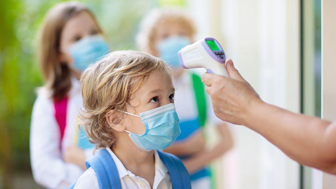Za powrotem dzieci do szkół przemawia stabilizacja liczby zachorowań (fot. FamVeld)
