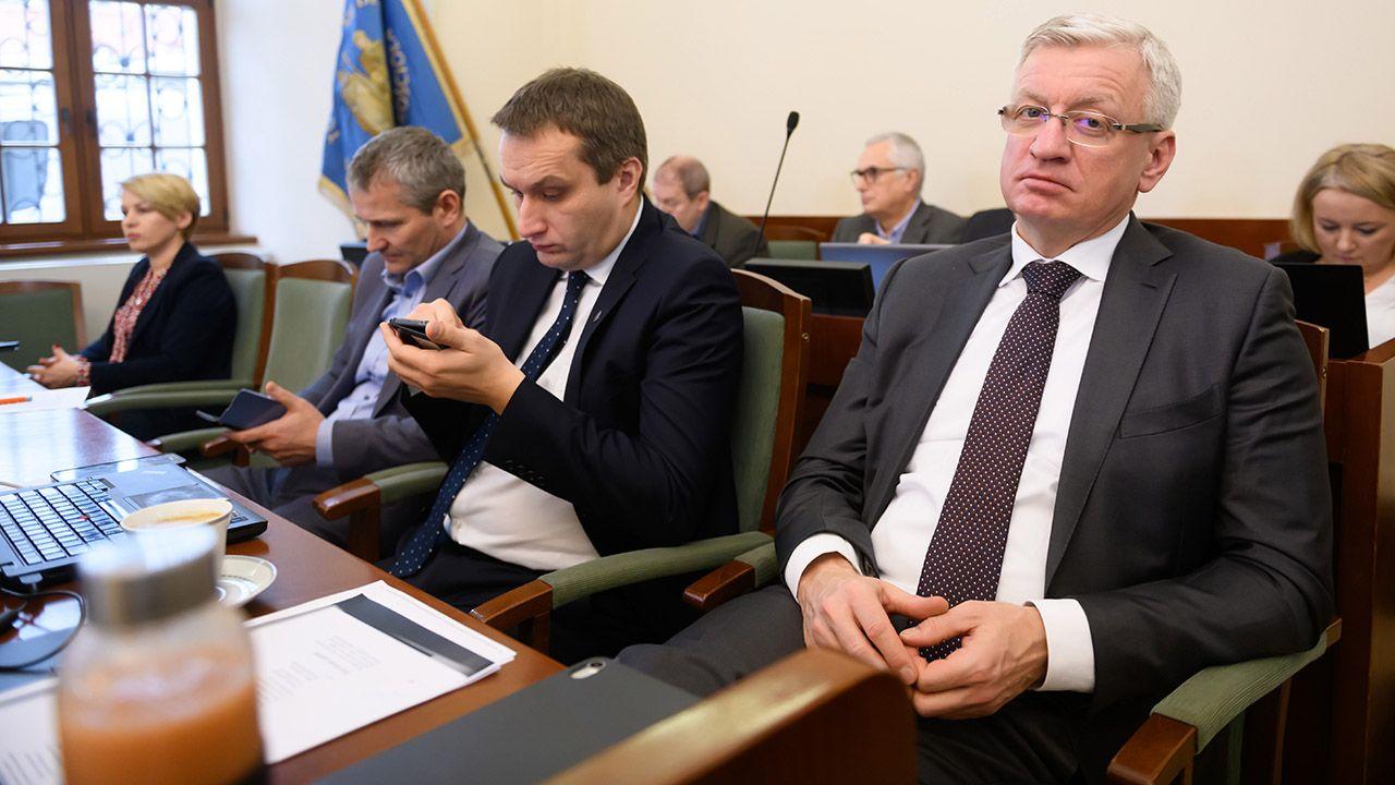 W trakcie sesji o nieprzyjmowanie karty apelowali opozycyjni radni Prawa i Sprawiedliwości (fot. PAP/Jakub Kaczmarczyk)