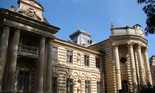 Pałac w Koropcu z początku XIX w. W 1906 roku hrabia Stanisław Marcin Badeni przebudował go na wiel-kopańską rezydencję w stylu neorenesansowym. Został zniszczony w latach 1914-1920, ale wkrótce go odbudowano. Po 1945 r. mieścił się w nim dom dziecka i szkoła. Fot. Beata Zubowicz