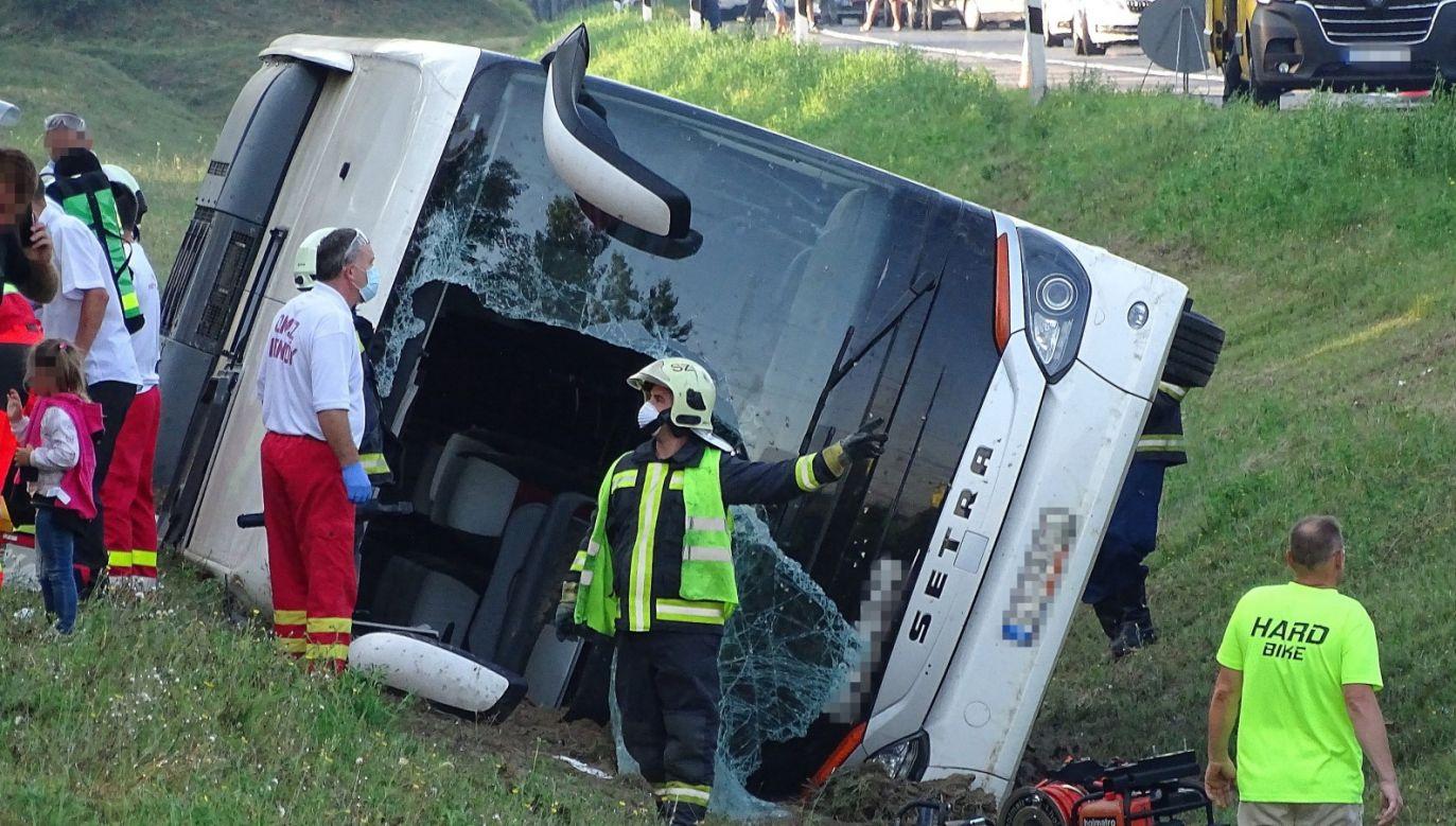 Autokarem jechał 46 osób, w tym dwóch kierowców (fot. PAP/EPA/Ferenc Donka)