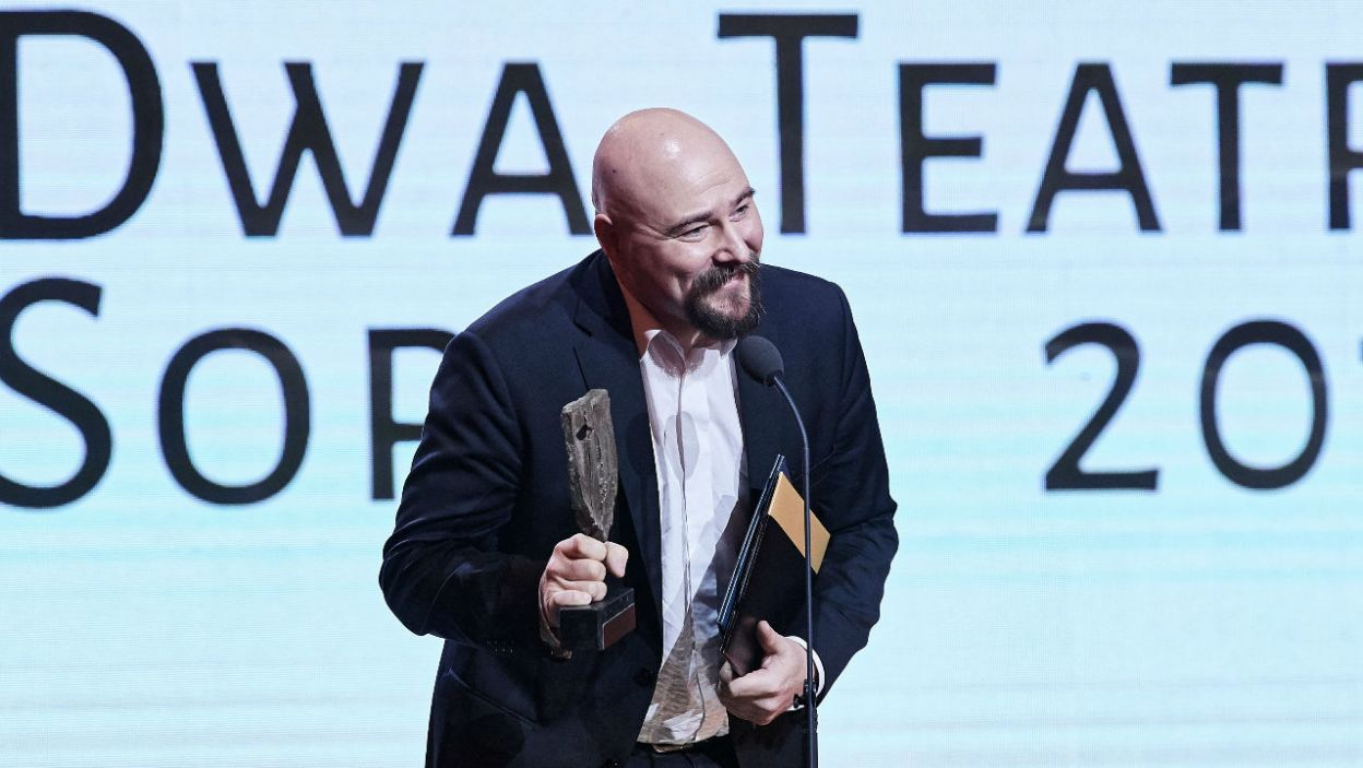 """Laureat Grand Prix festiwalu """"Dwa Teatry – Sopot 2019"""", reżyser Wawrzyniec Kostrzewski odebrał nagrodę za spektakl """"Wesele"""" Stanisława Wyspiańskiego podczas gali festiwalu (fot. PAP/Adam Warżawa)"""