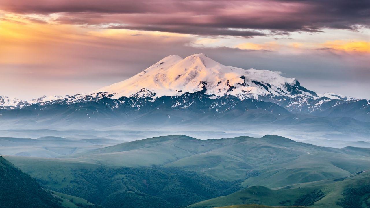 Elbrus ma 5642 metry wysokości (fot. Shutterstock)