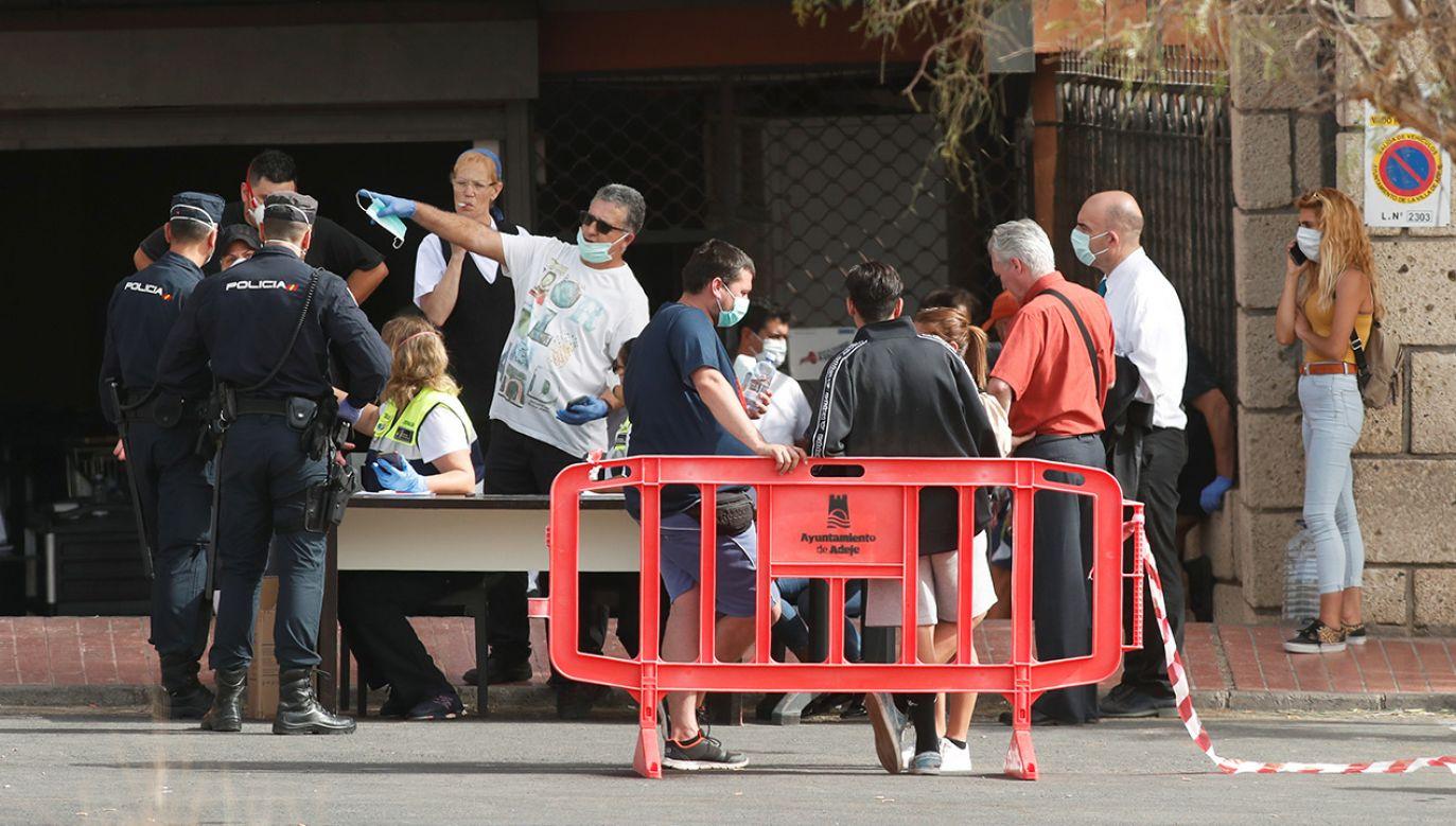 Hotel jest strzeżony przez policję, nikt nie może tam przyjść ani stamtąd wyjść (fot. REUTERS/Borja Suarez)