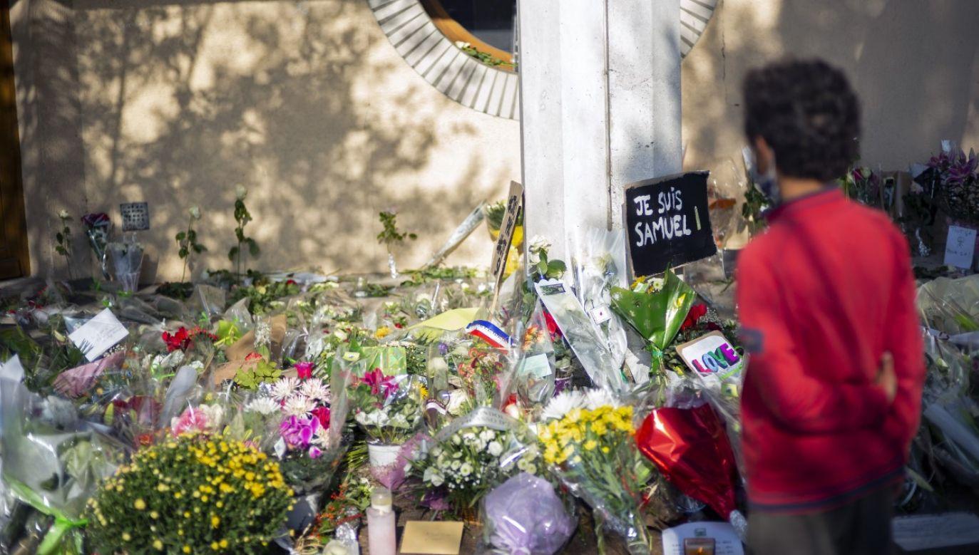Kwiaty złożone przed szkołą w któej pracował zamordowany nauczyciel (fot. Aurelien Meunier/Getty Images)