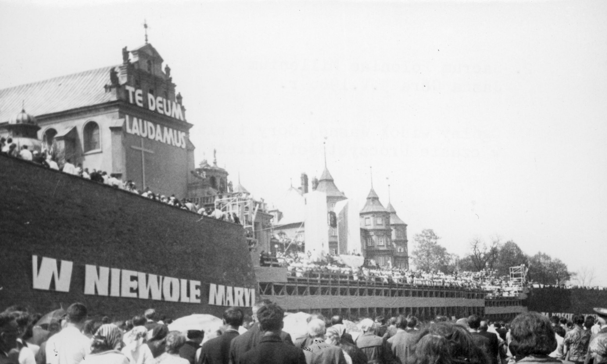 Do Częstochowy przybyły tysiące ludzi, którzy 2 maja 1966 roku zgromadzili się na jasnogórskich wałach. Fot. NAC