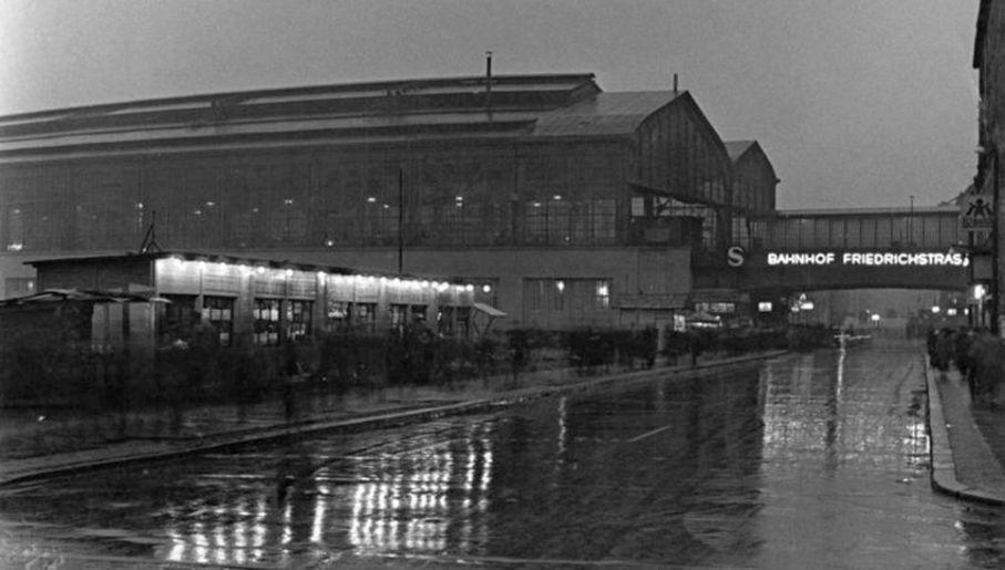 Dworzec przy Friedrichstraße jest jednym z głównych węzłów komunikacyjnych Berlina (fot. Bundesarchiv)