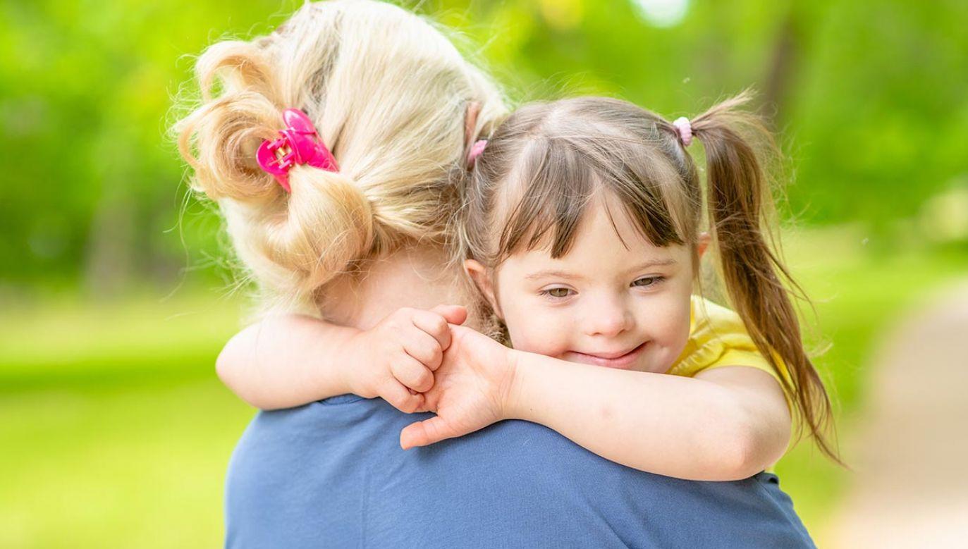 """Rząd PiS przygotował i wdrożył w poprzedniej kadencji kompleksowy program """"Za życiem"""" mający pomagać takim matkom i dzieciom (fot. Shutterstock/Ermolaev Alexander)"""