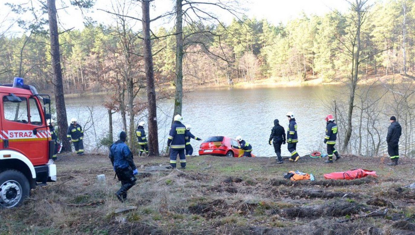 Ciało kobiety odnaleziono w samochodzie, zatopionym na dnie jeziora (fot. policja)