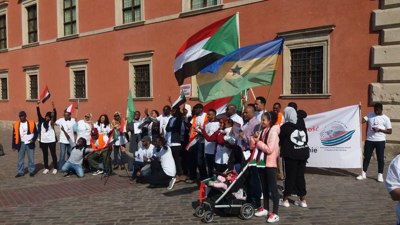 """Sudańczycy przypomnieli historyczne hasło """"Za wolność waszą i naszą"""", prosząc Polskę o większe zainteresowanie tym co się dzieje w ich ojczyźnie (fot. Witold Repetowicz)"""